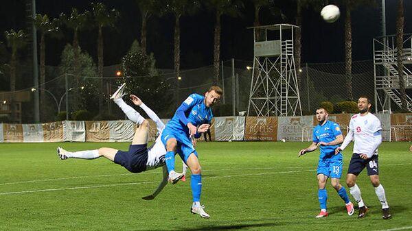 Защитник Дмитрий Прищепа бьет по воротам Чайки.