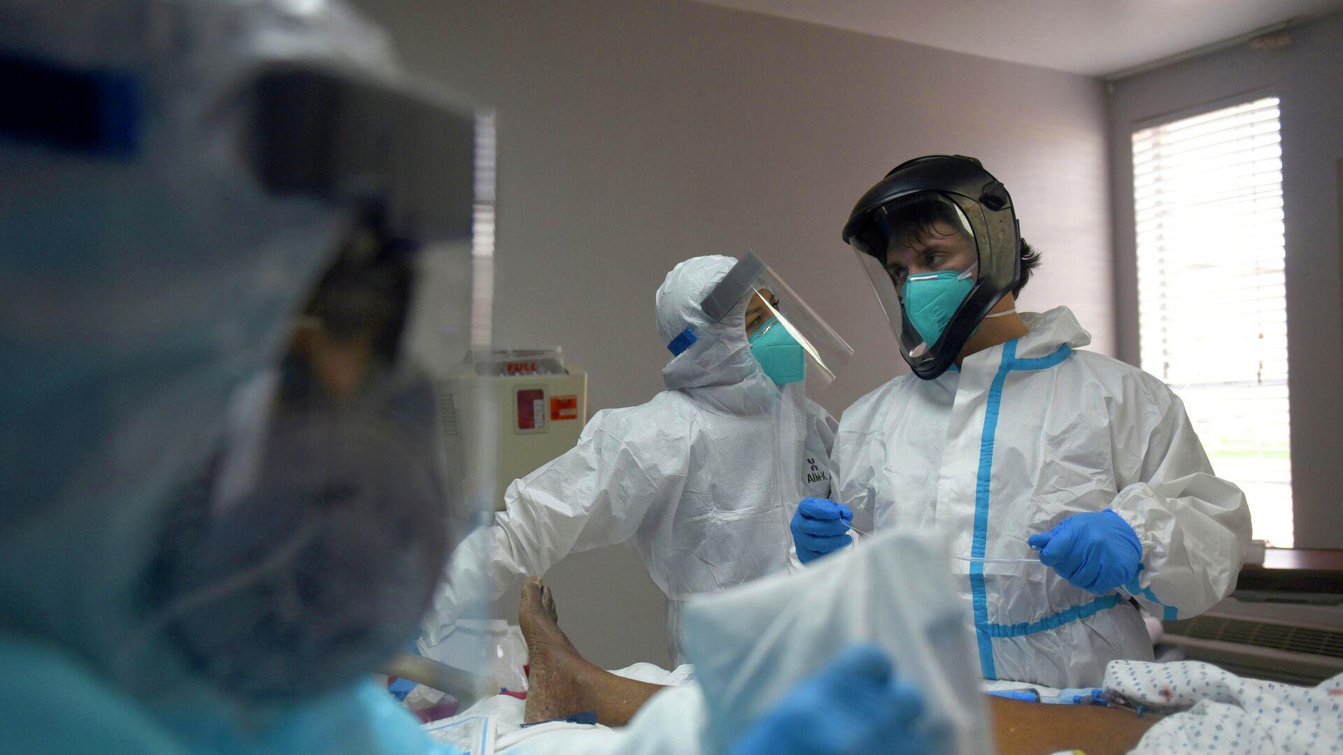Медицинские работники в отделении для пациентов с коронавирусом в Медицинском центре United Memorial в Хьюстоне, США - РИА Новости, 1920, 20.01.2021