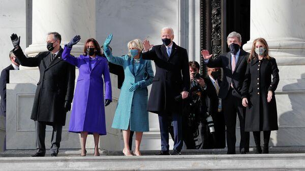 Избранный президент США Джо Байден и избранный вице-президент Камала Харрис у здания Капитолия в Вашинтоне