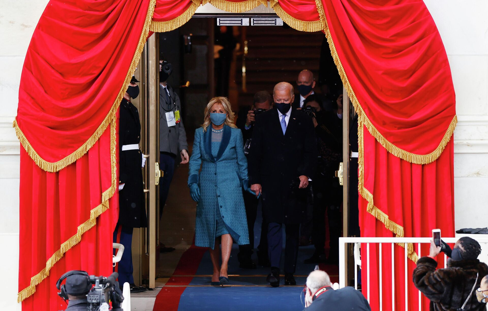 Избранный президент США Джозеф Байден с супругой Джилл во время инаугурации - РИА Новости, 1920, 21.01.2021