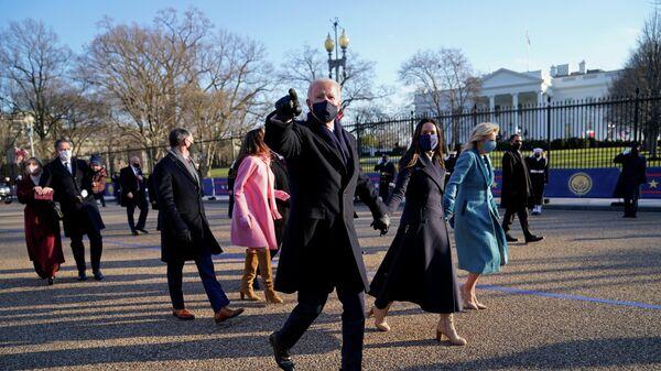 Президент США Джо Байден и первая леди Джилл Байден в сопровождении Президентский эскорта идут в Белый дом после 59-й президентской инаугурации в Вашингтоне