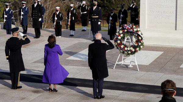 Президент США Джо Байден, вице-президент Камала Харрис и генерал-майор Омар Джонс у могилы Неизвестного солдата на Арлингтонском национальном кладбище в Арлингтоне, штат Вирджиния, США