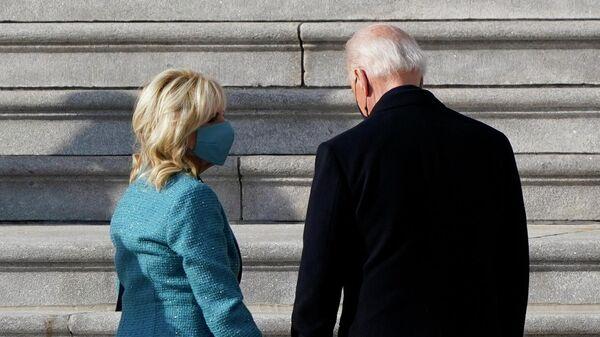 Избранный президент США Джозеф Байден с супругой Джилл Байден