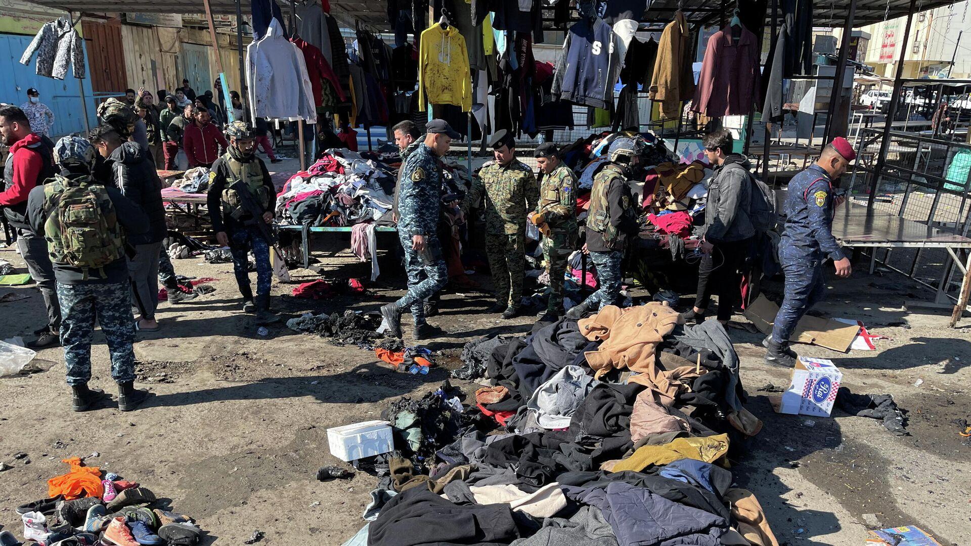 Сотрудники иракских правоохранительных органов на месте теракта в Багдаде - РИА Новости, 1920, 21.01.2021