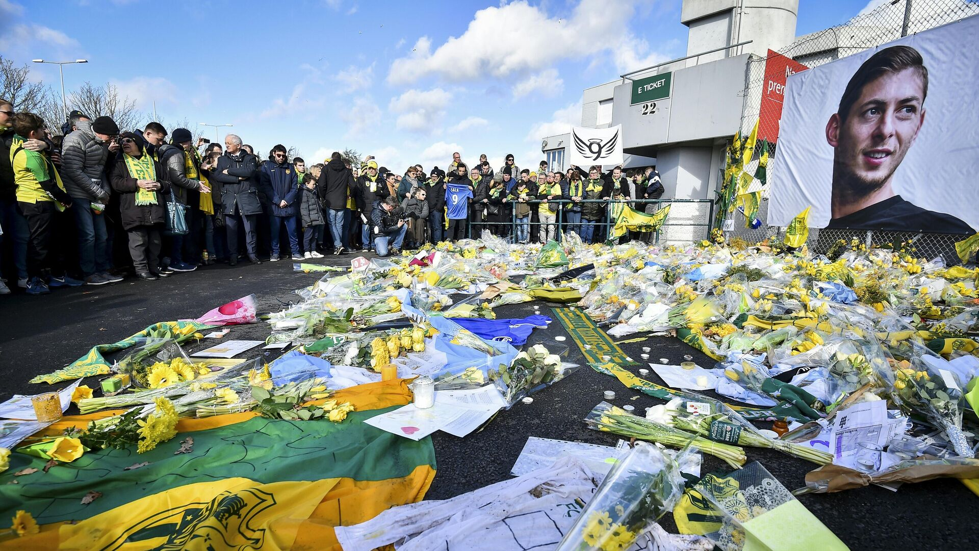 FC Nantes supporters gather in front of a portrait of late Argentinian forward Emiliano Sala to pay tribute prior to the French L1 football match between FC Nantes and Nimes Olympique at the La Beaujoire stadium in Nantes, western France on February 10, 2019. - FC Nantes football club announced on February 8, 2019 that it will freeze the #9 jersey as a tribute to Cardiff City and former Nantes footballer Emiliano Sala who died in a plane crash in the English Channel on January 21, 2019. (Photo by LOIC VENANCE / AFP) - РИА Новости, 1920, 21.01.2021