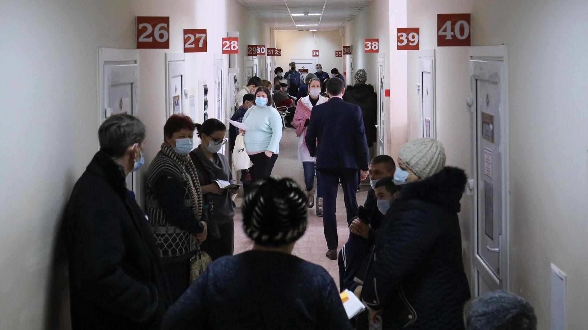 Пациенты в Динской центральной районной больнице, где проходит вакцинация от коронавируса вакциной Спутник-V  - РИА Новости, 1920, 21.06.2021