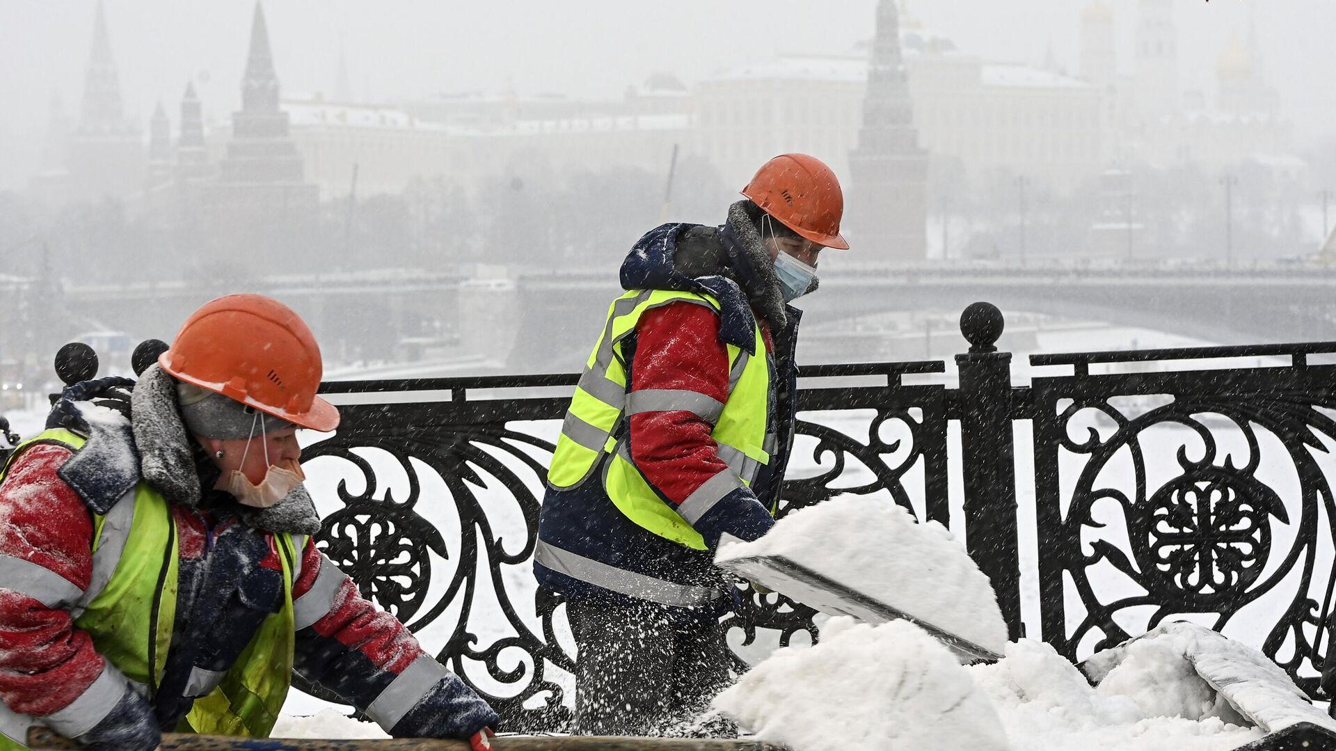 Рабочие расчищают от снега и наледи Патриарший мост в Москве - РИА Новости, 1920, 12.02.2021