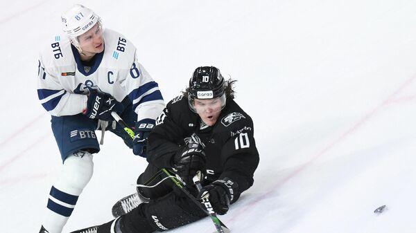 Игрок ХК Динамо Вадим Шипачев (слева) и игрок ХК Ак Барс Дмитрий Воронков в матче регулярного чемпионата КХЛ.