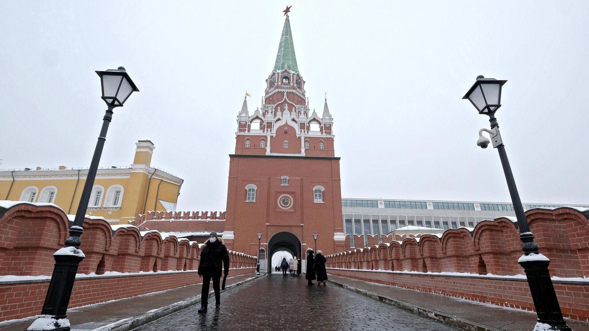 Троицкая башня с открытыми воротами на территорию Кремля. - РИА Новости, 1920, 26.01.2021