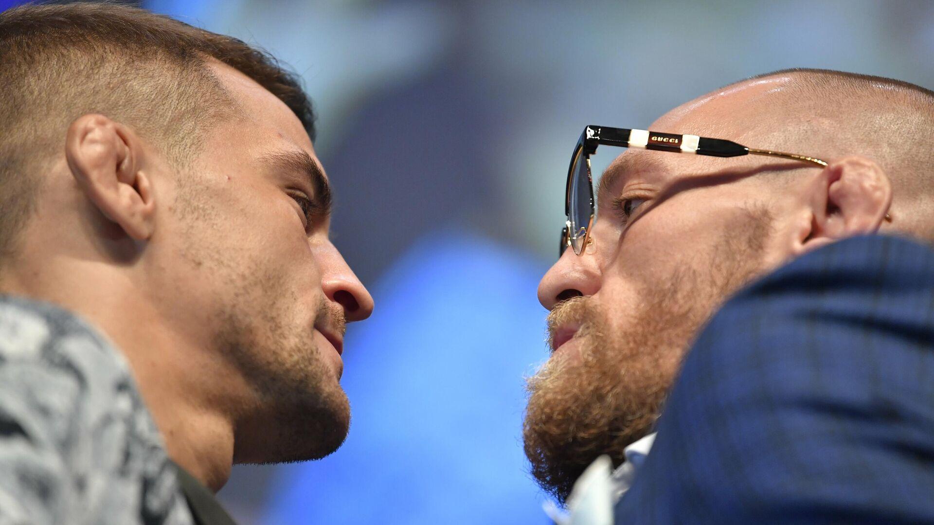 Дуэль взглядов между бойцами UFC Дастином Порье (слева) и Конором Макгрегором - РИА Новости, 1920, 24.01.2021