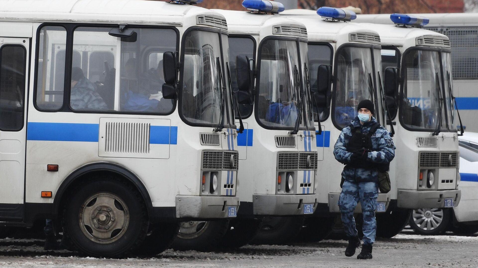 Автобусы с сотрудниками полиции перед началом несанкционированной акции сторонников Алексея Навального - РИА Новости, 1920, 28.01.2021