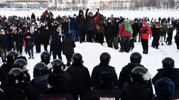 Сотрудники правоохранительных органов и участники несанкционированной акции сторонников Алексея Навального в Екатеринбурге