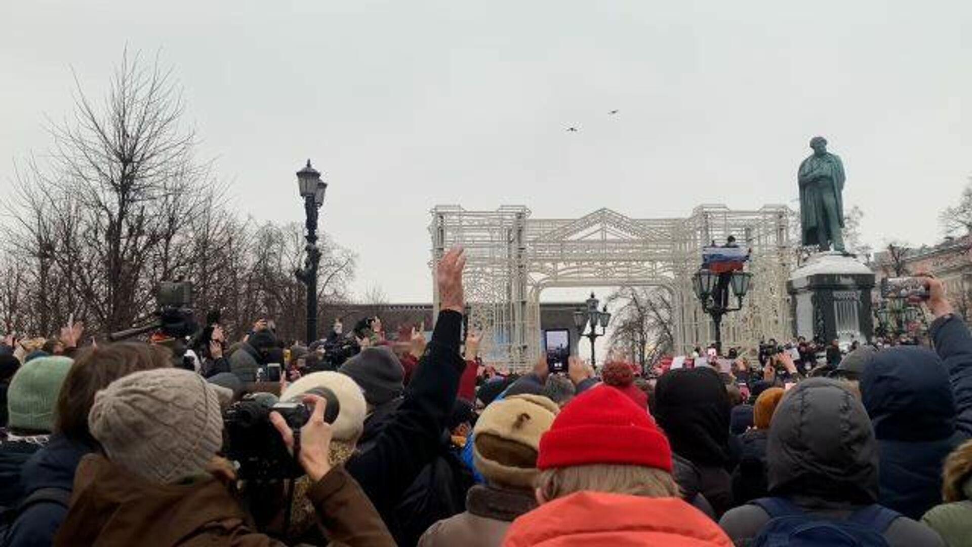 Пластиковые бутылки летят в полицейских на Пушкинской площади в Москве  - РИА Новости, 1920, 23.01.2021