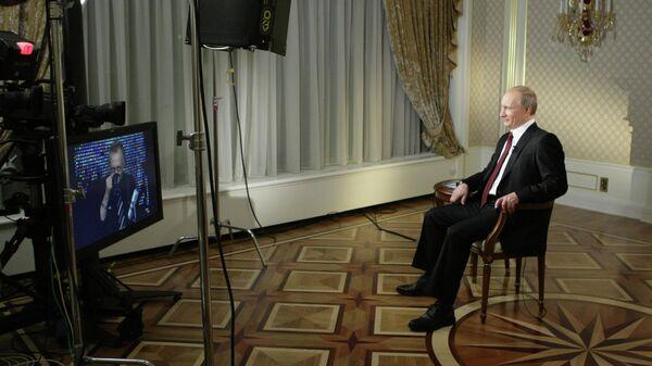 Владимир Путин отвечает на вопросы телеведущего телекомпании CNN Ларри Кинга во время интервью