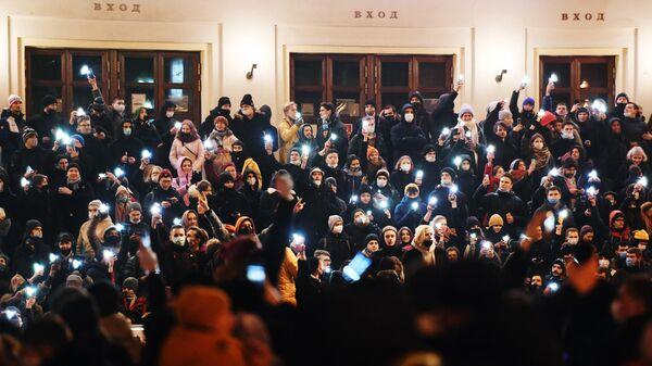 Участники несанкционированной акции сторонников Алексея Навального у здания Московского цирка Никулина на Цветном бульваре