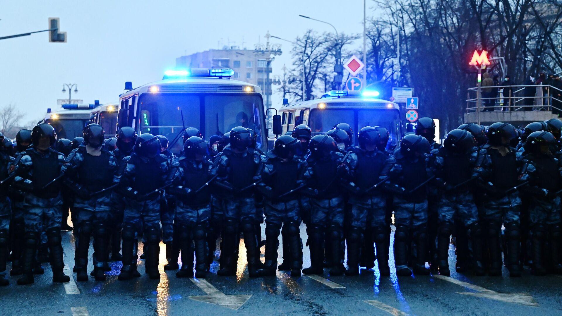 Сотрудники правоохранительных органов на Страстном бульваре во время несанкционированной акции сторонников Алексея Навального в Москве - РИА Новости, 1920, 27.01.2021