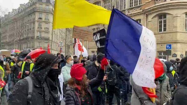 Плакаты и речевки: протестующие против увольнений идут по улицам Парижа