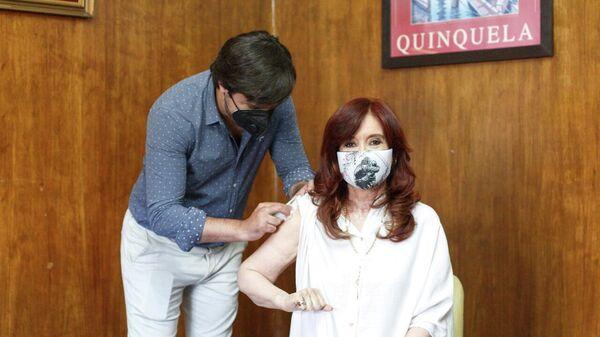 Вице-президент Аргентины Кристина Фернандес прививается от коронавируса вакциной Спутник V