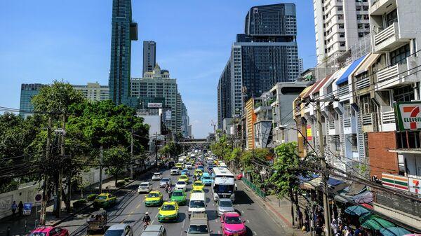 Дорожное движение на улице в Бангкоке