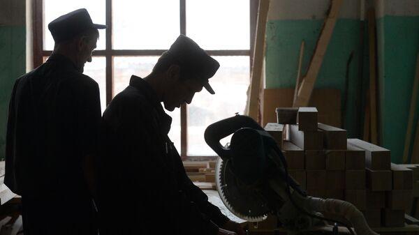 Заключенные работают в столярном цехе