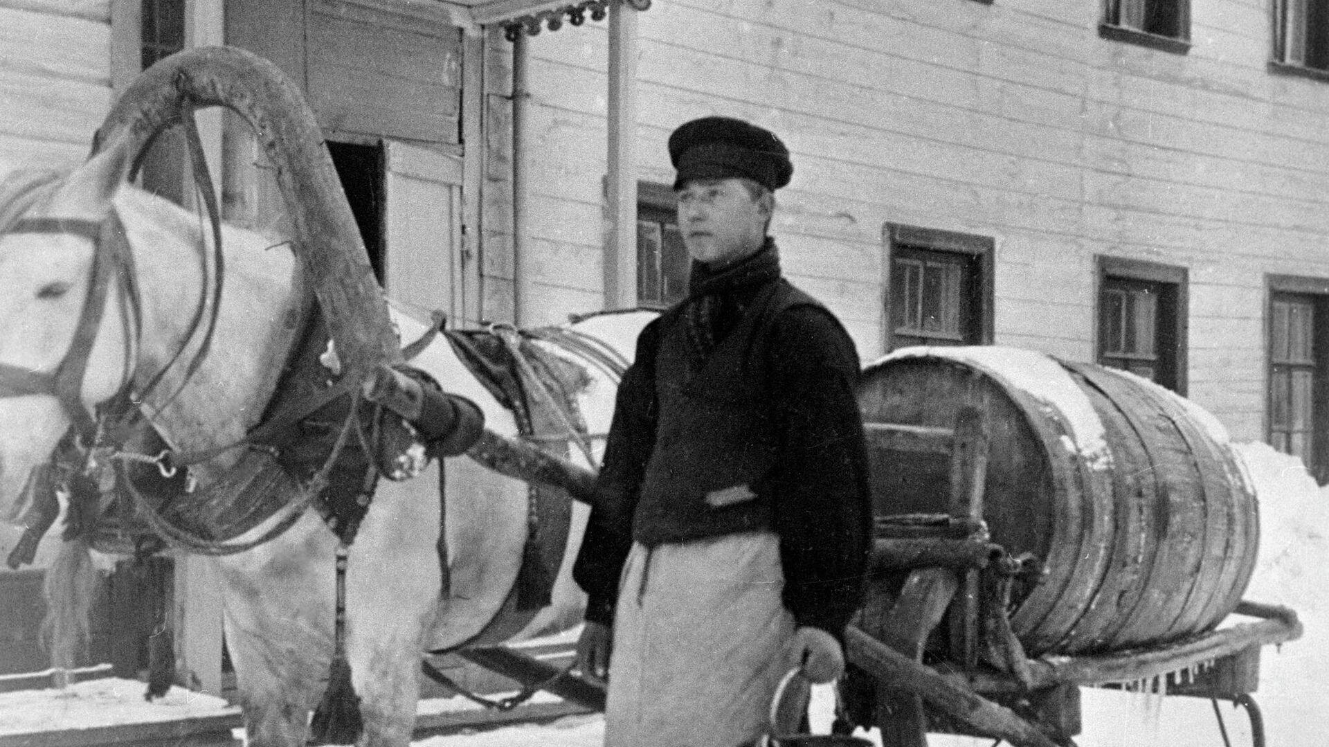 Извозчик-водовоз развозит воду по домам, в которых нет водопровода - РИА Новости, 1920, 26.01.2021