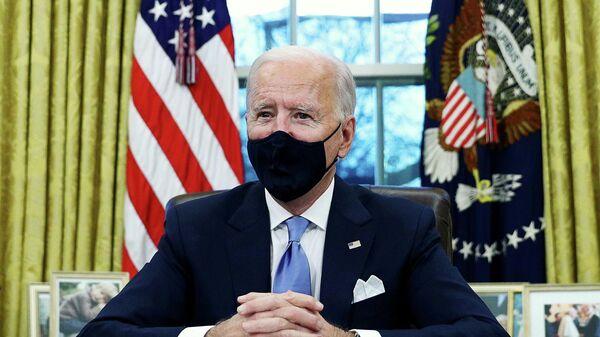 Избранный президент США Джо Байден подписывает указы в Овальном кабинете Белого дома