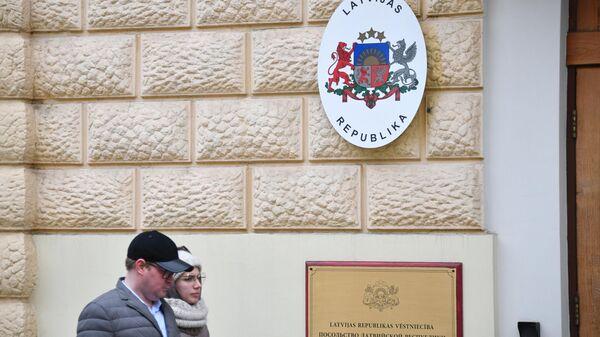 Табличка на здании посольства Латвии в Москве