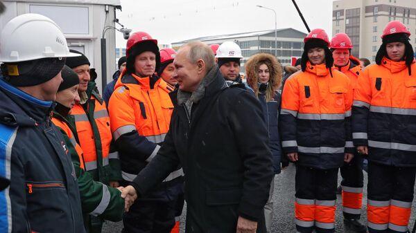 Президент РФ Владимир Путин общается с участниками строительства во время церемонии открытия транспортной развязки в Химках