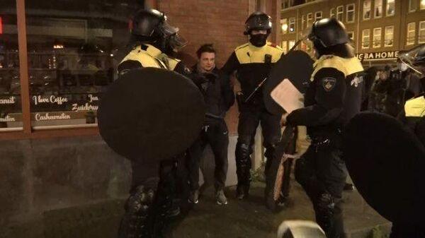 Задержание нарушителей: беспорядки из-за комендантского часа в Роттердаме