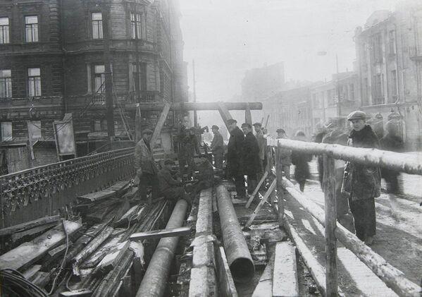 Монтаж концевого участка тепломагистрали на Малом Москворецком мосту, 1930 год
