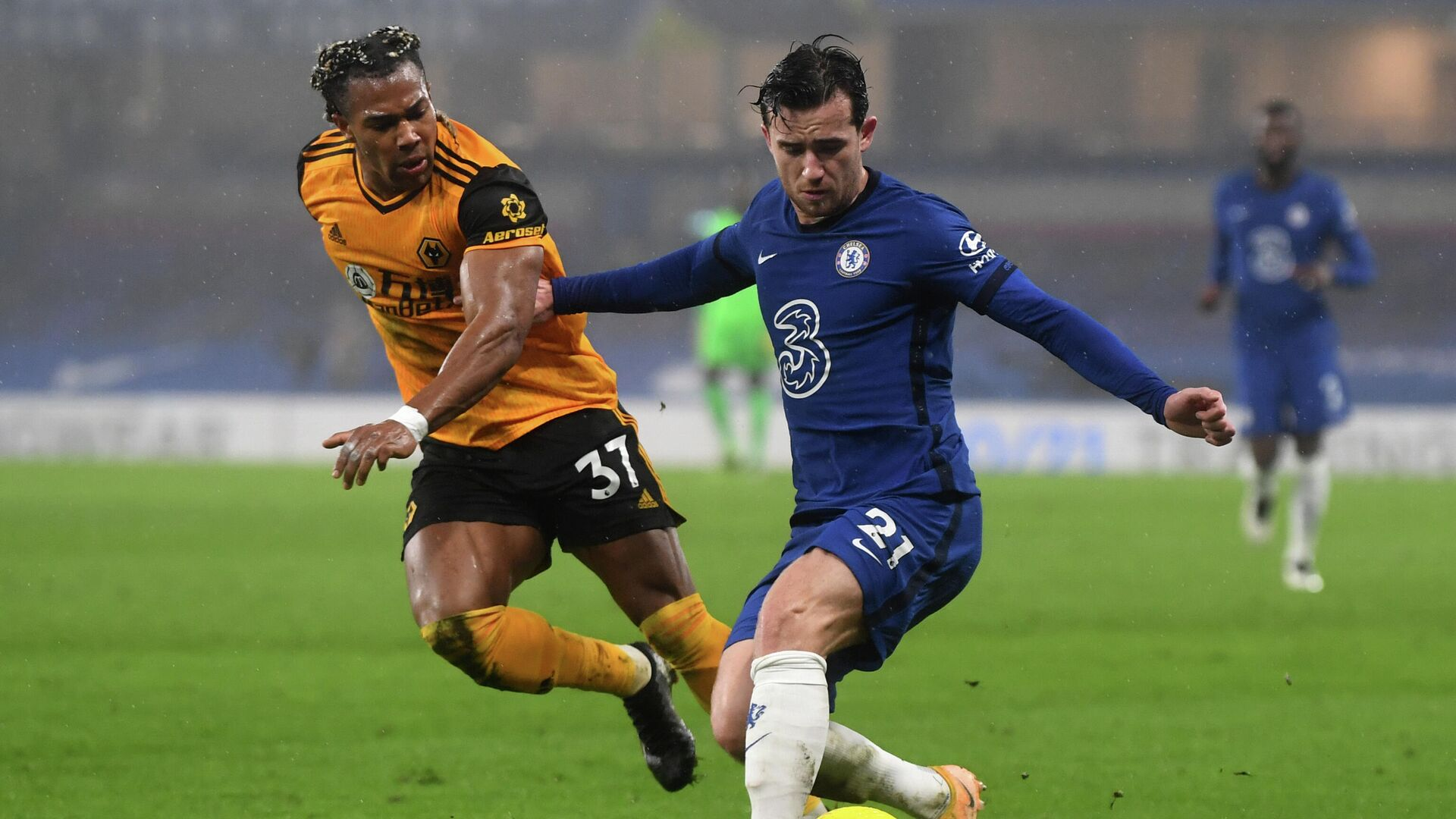 Wolverhampton Wanderers' Spanish midfielder Adama Traore (L) vies with Chelsea's English defender Ben Chilwell during the English Premier League football match between Chelsea and Wolverhampton Wanderers at Stamford Bridge in London on January 27, 2021. (Photo by NEIL HALL / POOL / AFP) / RESTRICTED TO EDITORIAL USE. No use with unauthorized audio, video, data, fixture lists, club/league logos or 'live' services. Online in-match use limited to 120 images. An additional 40 images may be used in extra time. No video emulation. Social media in-match use limited to 120 images. An additional 40 images may be used in extra time. No use in betting publications, games or single club/league/player publications. /  - РИА Новости, 1920, 27.01.2021