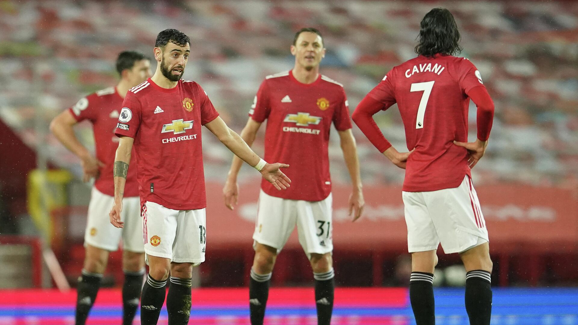 Manchester United's Portuguese midfielder Bruno Fernandes (L) and teammates react after conceding their second goal during the English Premier League football match between Manchester United and Sheffield United at Old Trafford in Manchester, north west England, on January 27, 2021. (Photo by Dave Thompson / POOL / AFP) / RESTRICTED TO EDITORIAL USE. No use with unauthorized audio, video, data, fixture lists, club/league logos or 'live' services. Online in-match use limited to 120 images. An additional 40 images may be used in extra time. No video emulation. Social media in-match use limited to 120 images. An additional 40 images may be used in extra time. No use in betting publications, games or single club/league/player publications. /  - РИА Новости, 1920, 28.01.2021