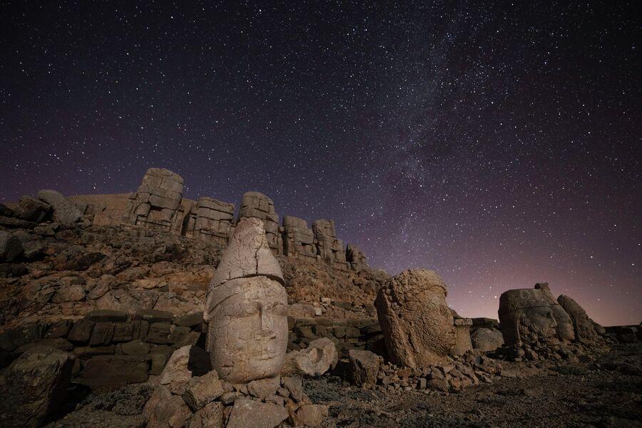 Статуи на горе Немрут-Даг в Турции