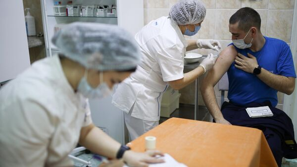 Военнослужащему делают прививку от коронавируса на территории 419 военного госпиталя Минобороны России в Краснодаре