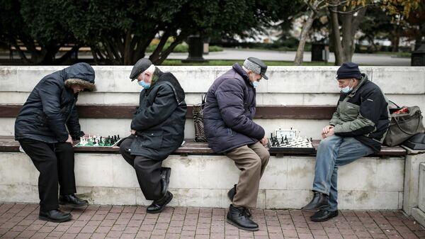 Мужчины играют в шахматы на Приморском бульваре в Севастополе