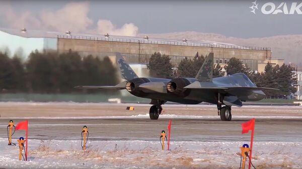 Полет первого серийного истребителя Су-57. Кадр видео