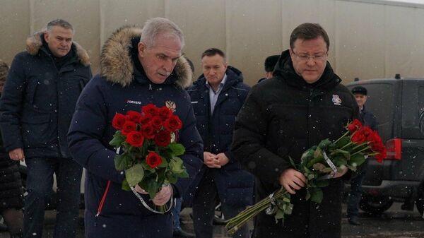 Глава Ульяновской области Сергей Морозов и губернатор Самарской области Дмитрий Азаров почтили память погибших на месте аварии на трассе М5 под Сызранью
