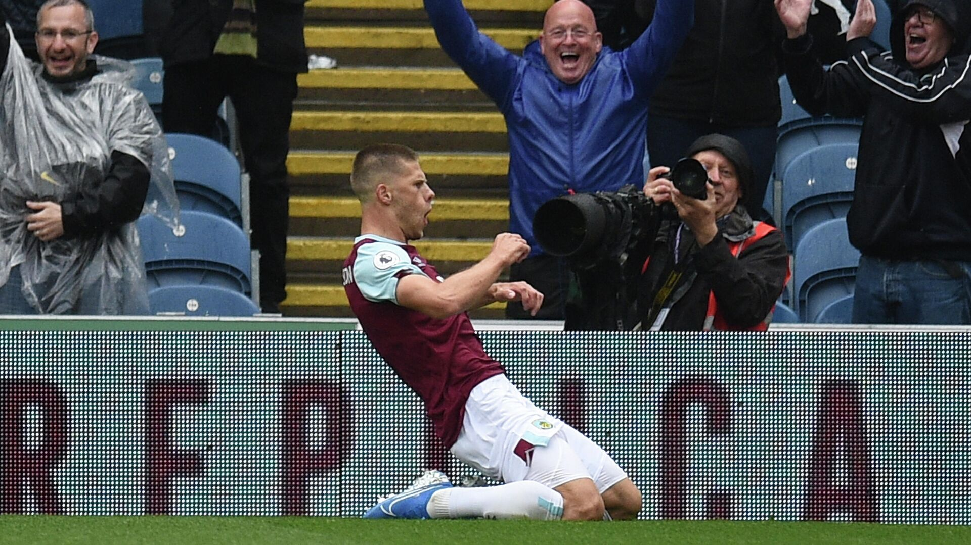 Burnley's Icelandic midfielder Johann Berg Gudmundsson celebrates scoring their third goal during the English Premier League football match between Burnley and Southampton at Turf Moor in Burnley, north west England on August 10, 2019. (Photo by Oli SCARFF / AFP) / RESTRICTED TO EDITORIAL USE. No use with unauthorized audio, video, data, fixture lists, club/league logos or 'live' services. Online in-match use limited to 120 images. An additional 40 images may be used in extra time. No video emulation. Social media in-match use limited to 120 images. An additional 40 images may be used in extra time. No use in betting publications, games or single club/league/player publications. /  - РИА Новости, 1920, 30.01.2021