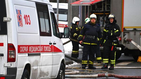 Автомобиль скорой помощи на месте пожара в районе Туристской улицы на северо-западе Москвы