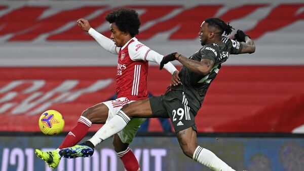 Arsenal's Brazilian midfielder Willian (L) vies with Manchester United's English defender Aaron Wan-Bissaka (R) during the English Premier League football match between Arsenal and Manchester United at the Emirates Stadium in London on January 30, 2021. (Photo by Andy Rain / POOL / AFP) / RESTRICTED TO EDITORIAL USE. No use with unauthorized audio, video, data, fixture lists, club/league logos or 'live' services. Online in-match use limited to 120 images. An additional 40 images may be used in extra time. No video emulation. Social media in-match use limited to 120 images. An additional 40 images may be used in extra time. No use in betting publications, games or single club/league/player publications. /