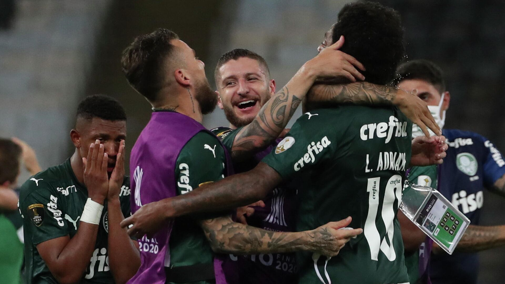 Players of Palmeiras celebrate after winning the Copa Libertadores football tournament by defeating Santos in the all-Brazilian final match at Maracana Stadium in Rio de Janeiro, Brazil, on January 30, 2021. (Photo by RICARDO MORAES / POOL / AFP) - РИА Новости, 1920, 31.01.2021