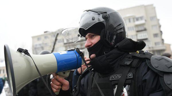 Сотрудники полиции во время несанкционированной акции сторонников Алексея Навального в Москве