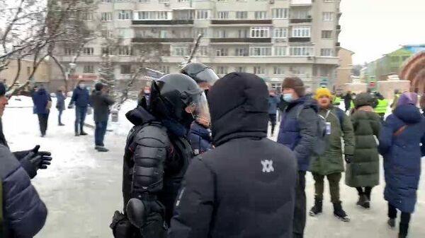 Полиция активно задерживает митингующих у станции метро Красные Ворота в Москве