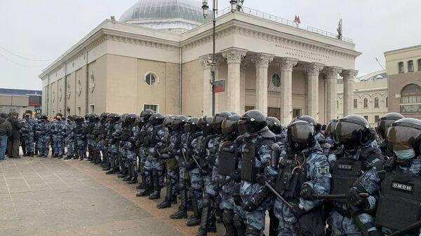 Полиция перекрыла подход станции метро Комсомольской