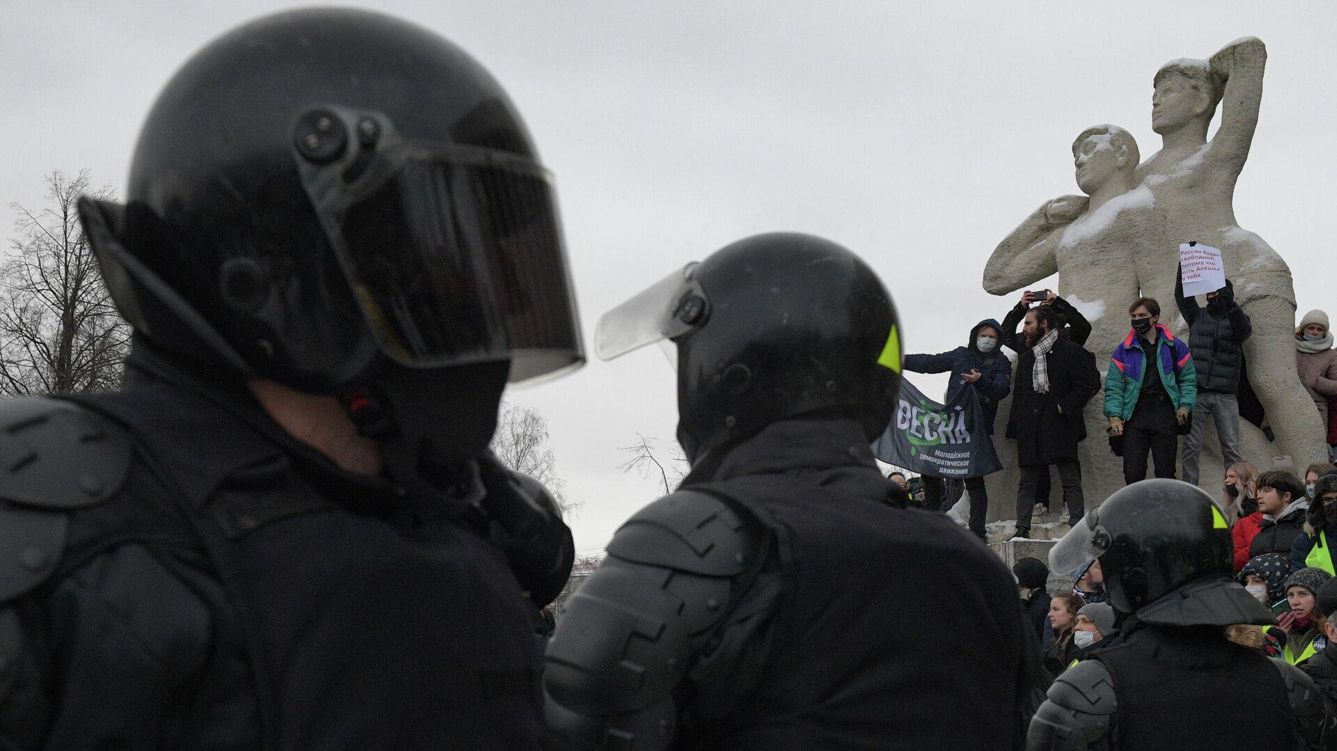 Сотрудники правоохранительных органов и участники несанкционированной акции сторонников Алексея Навального в Санкт-Петербурге - РИА Новости, 1920, 31.01.2021