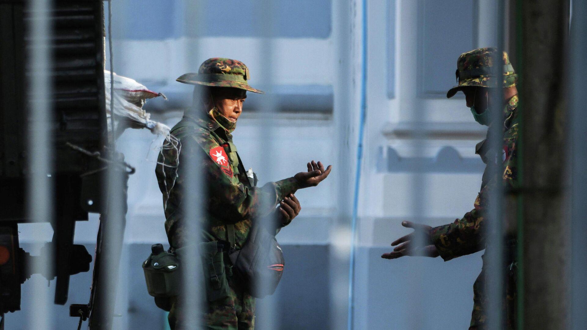 Военные возле мэрии города Янгона, Мьянма - РИА Новости, 1920, 02.02.2021