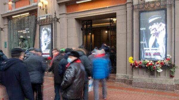 Люди у театра имени Евгения Вахтангова в Москве, где проходит церемония прощания с народным артистом СССР Василием Лановым