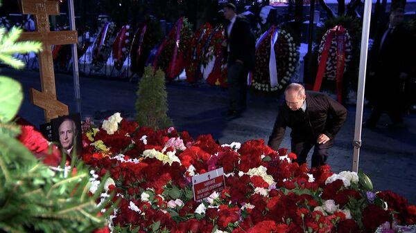 Путин возложил цветы к могиле Ланового