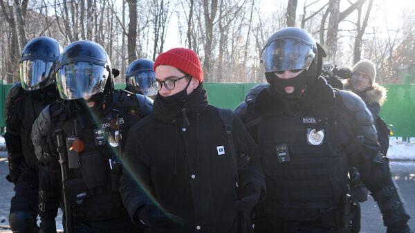 Задержание полицейскими молодого человека у здания Московского городского суда