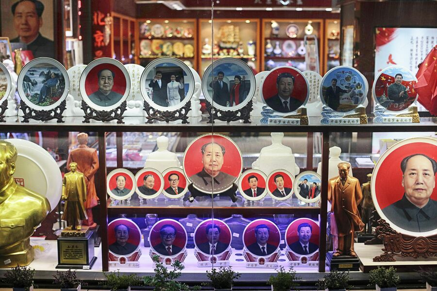 Продажа сувениров с портретами Мао Цзэдуна, Си Цзиньпина и других политических лидеров в Пекин